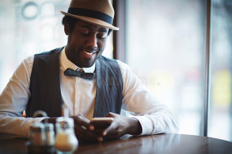Uomo al caffè fotografia stock libera da diritti