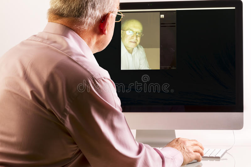 Uomo al computer immagine stock libera da diritti