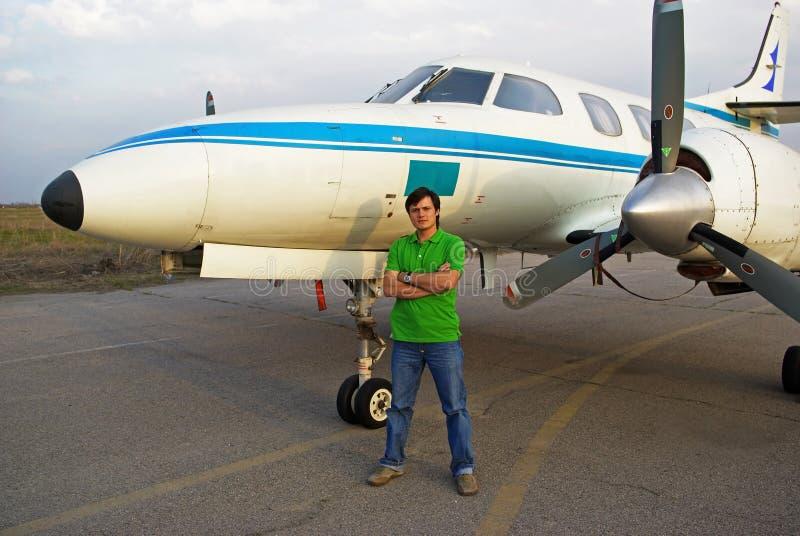 Uomo al lato dell'aeroplano fotografia stock libera da diritti