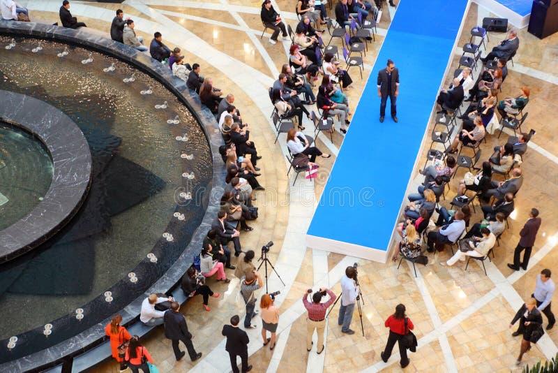Uomo al podio alla sfilata di moda Kanzler fotografia stock libera da diritti