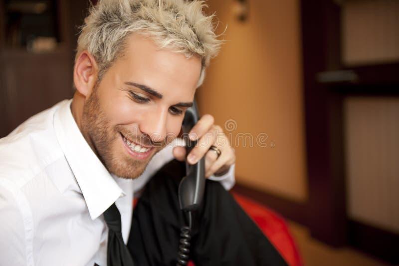 Uomo al telefono immagini stock