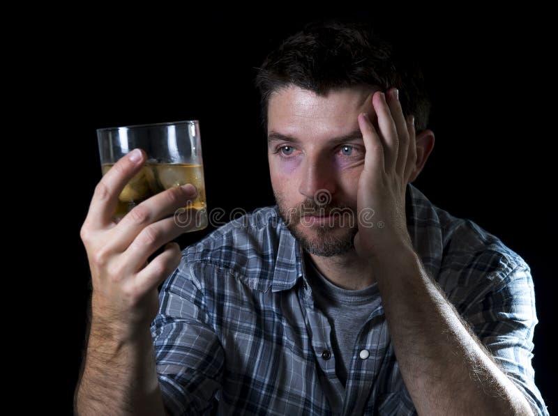 Uomo alcolico della persona dedita potabile con il vetro del whiskey nel concetto di alcolismo immagine stock libera da diritti