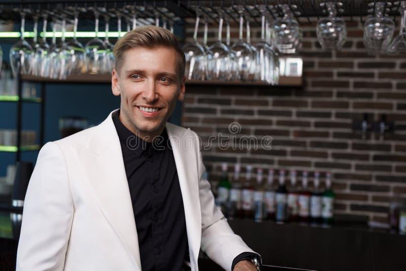 Uomo alla moda allegro nella barra fotografie stock libere da diritti