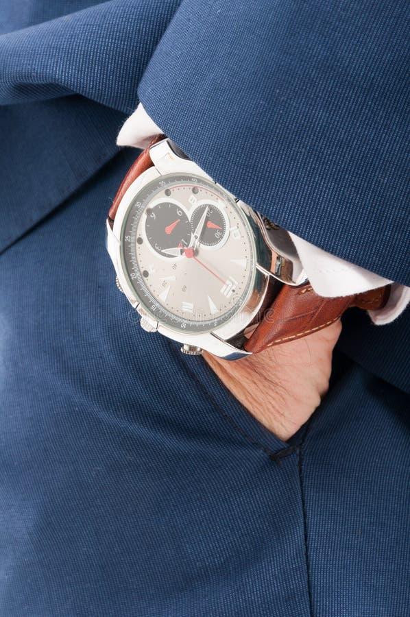 Uomo alla moda che tiene la sua mano in tasca immagine stock