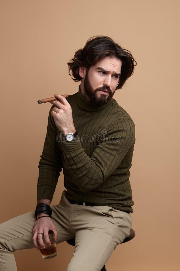 Uomo alla moda con la bevanda ed il sigaro fotografia stock libera da diritti