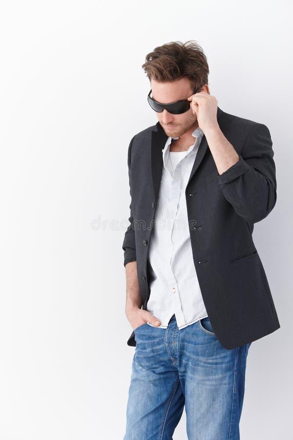 Uomo alla moda in occhiali da sole immagine stock