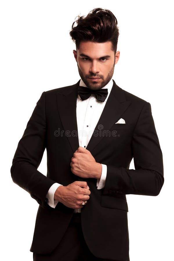 Uomo alla moda in vestito ed in cravatta a farfalla neri eleganti fotografie stock libere da diritti