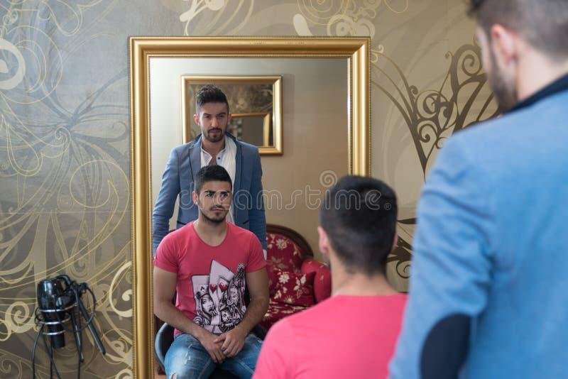 Uomo alla situazione del salone di capelli fotografia stock libera da diritti