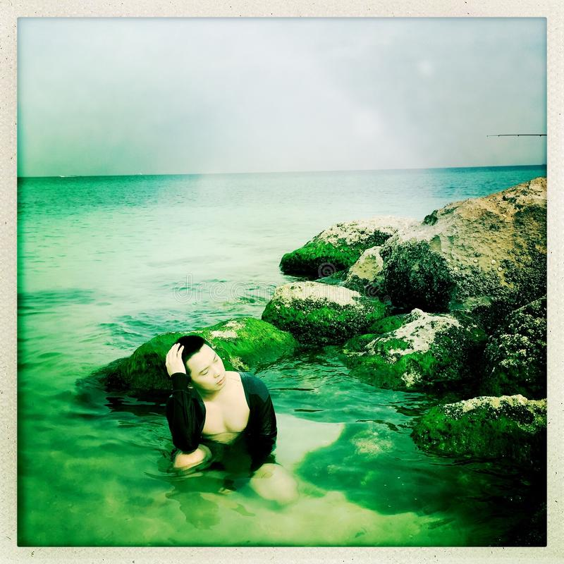 Uomo alla spiaggia fotografia stock