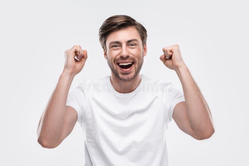 uomo allegro bello che celebra successo fotografia stock libera da diritti