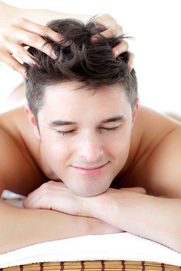 Uomo allegro che riceve un massaggio capo fotografia stock libera da diritti