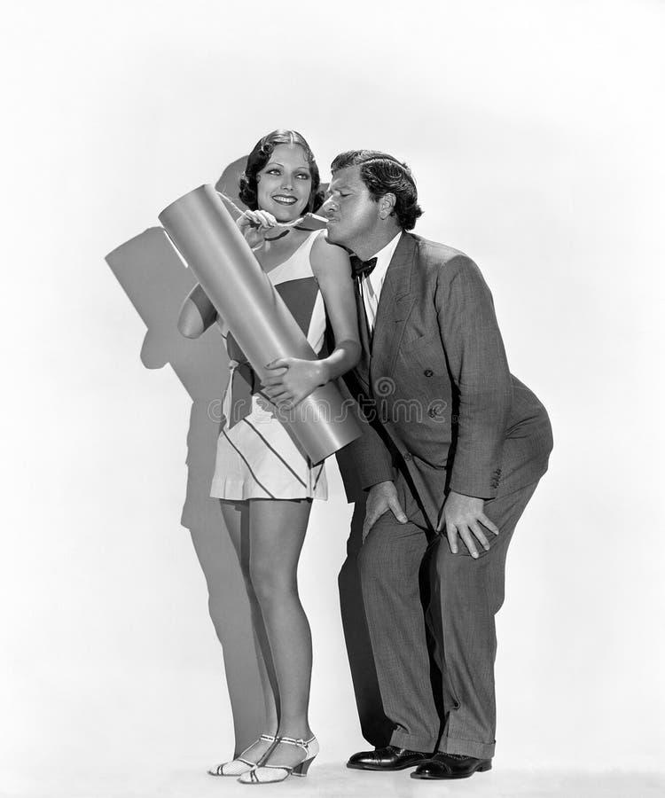 Uomo allegro e donna che accendono esplosivo con la sigaretta (tutte le persone rappresentate non sono vivente più lungo e nessun fotografia stock
