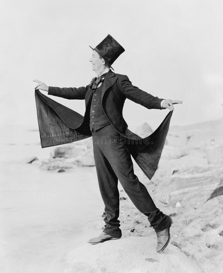 Uomo allegro vestito formalmente sulla spiaggia (tutte le persone rappresentate non sono vivente più lungo e nessuna proprietà es immagini stock