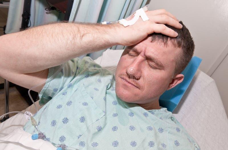 Uomo ammalato in ospedale immagini stock libere da diritti