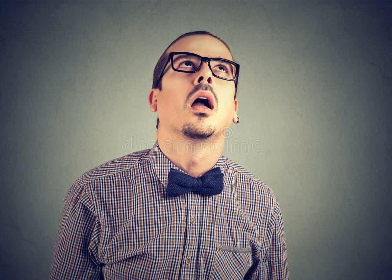 Uomo annoiato che sembra disperato su gray fotografia stock libera da diritti
