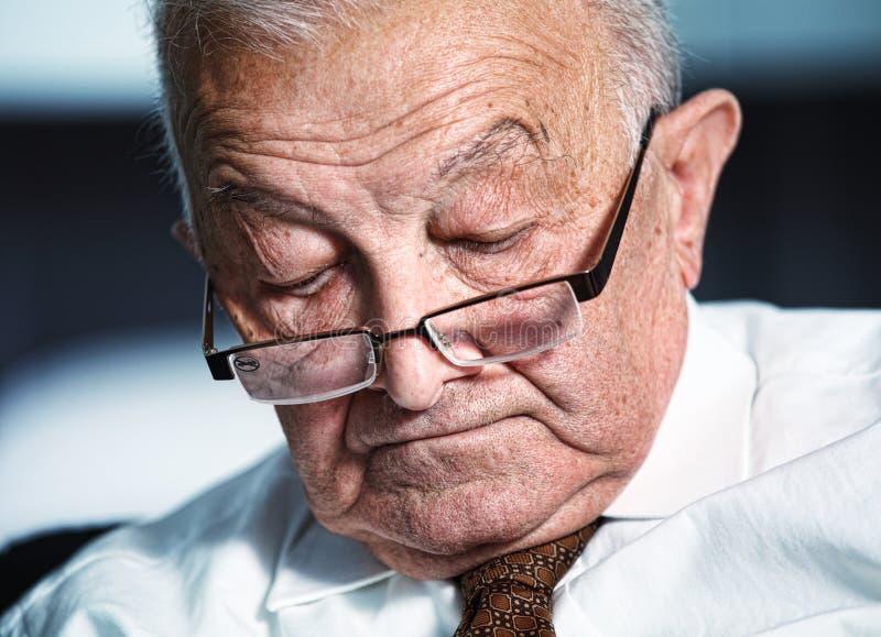 Uomo anziano addormentato immagine stock