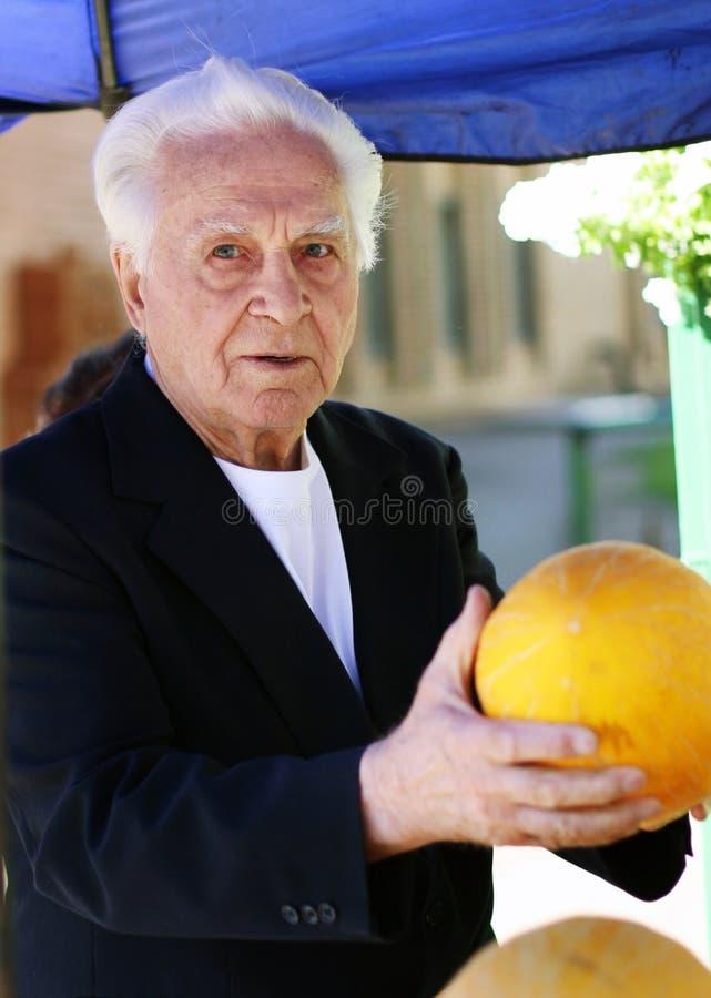 Uomo anziano al mercato fotografia stock