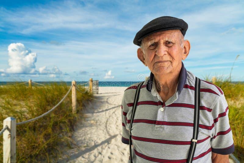 uomo anziano all'aperto fotografie stock