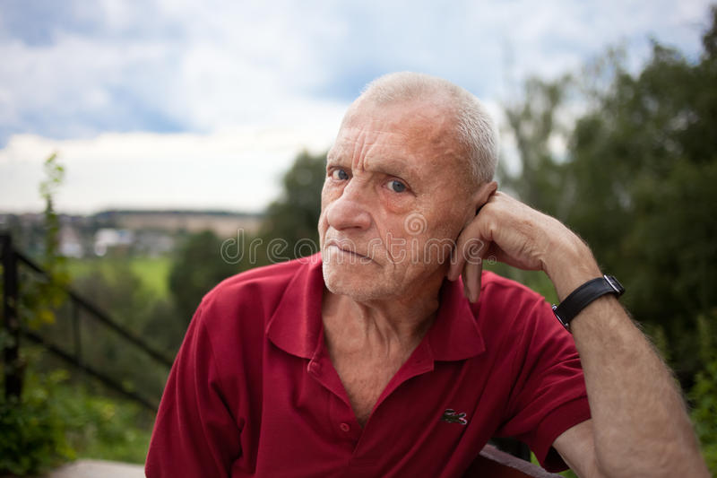 Uomo anziano all'aperto. Ora legale. fotografia stock libera da diritti