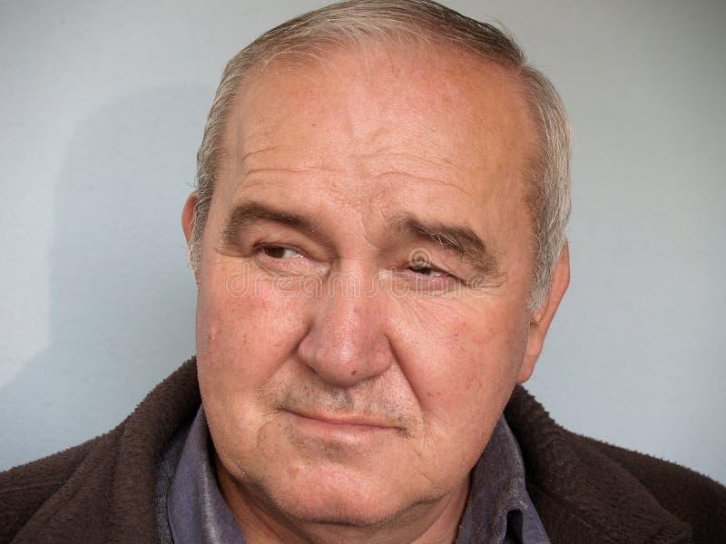 Uomo anziano/ascoltatore attento immagine stock libera da diritti
