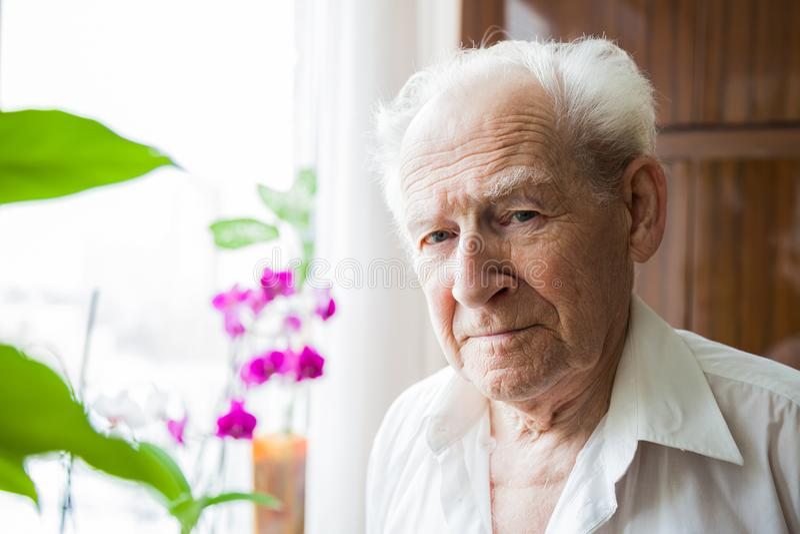 Uomo anziano a casa fotografie stock