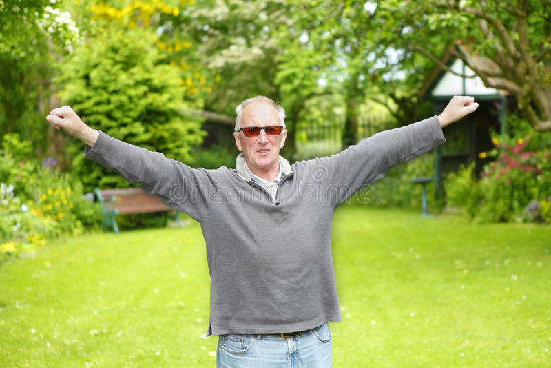 Uomo anziano che allunga esercizio fotografia stock