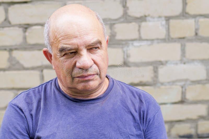Uomo anziano che cerca qualcuno con disprezzo fotografia stock libera da diritti