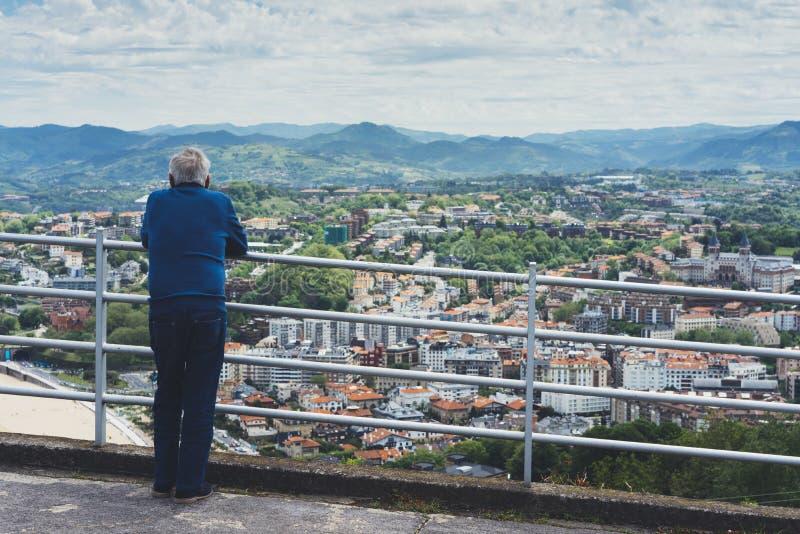 Uomo anziano anziano che considera la piattaforma di osservazione nella festa di viaggio a Bilbao, pensionato che gode della vist fotografie stock