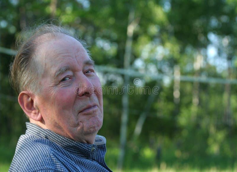 Uomo anziano che gode all'aperto immagine stock