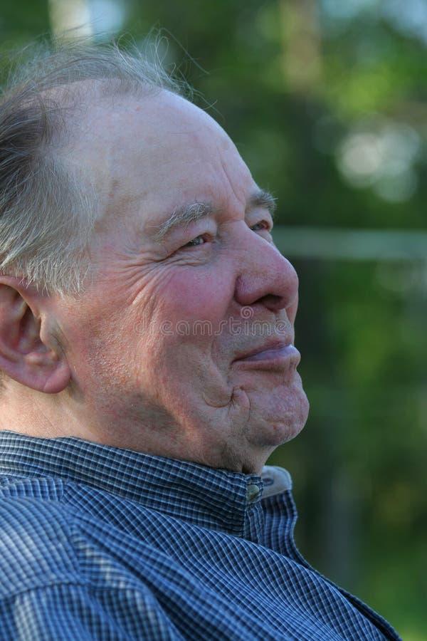 Uomo anziano che gode all'aperto fotografia stock libera da diritti