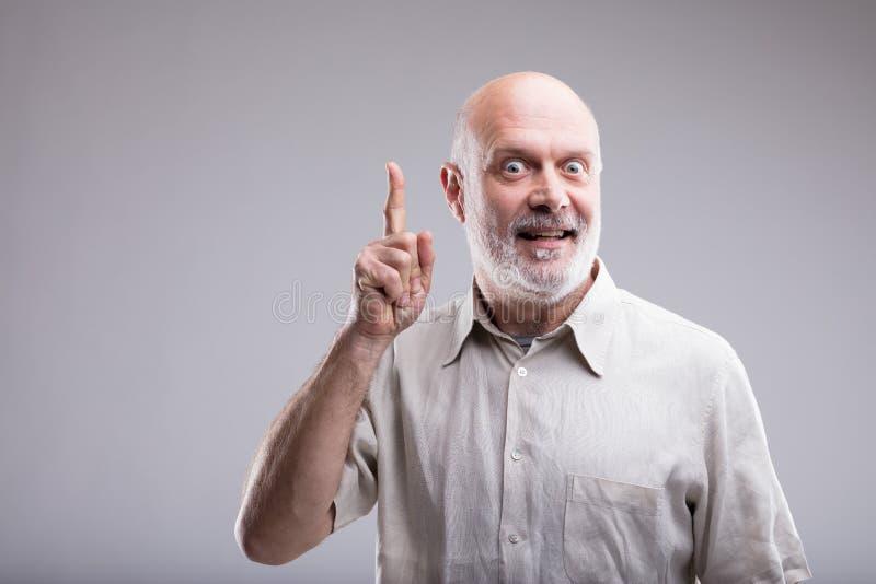 Uomo anziano che ha una grande GRANDE idea immagine stock