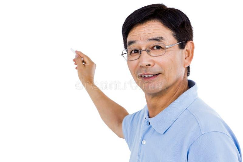 Uomo anziano che indica dietro lui fotografia stock
