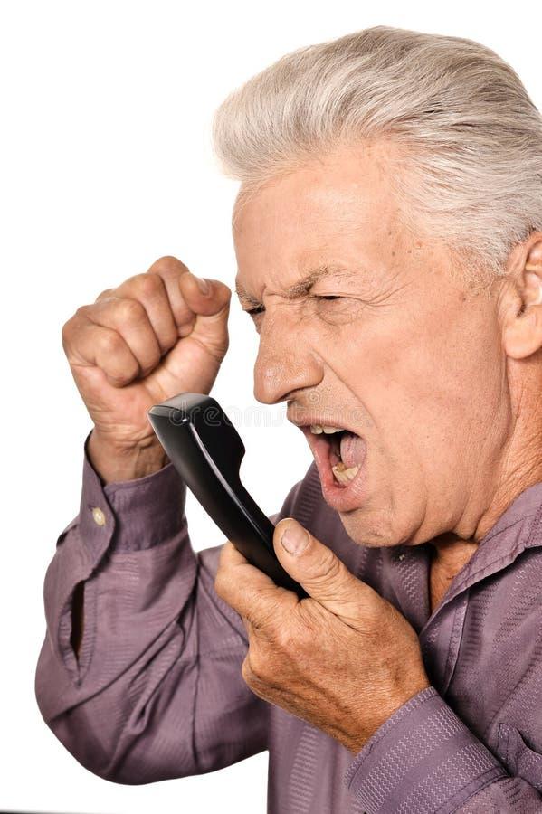 Uomo anziano che parla sul telefono immagine stock
