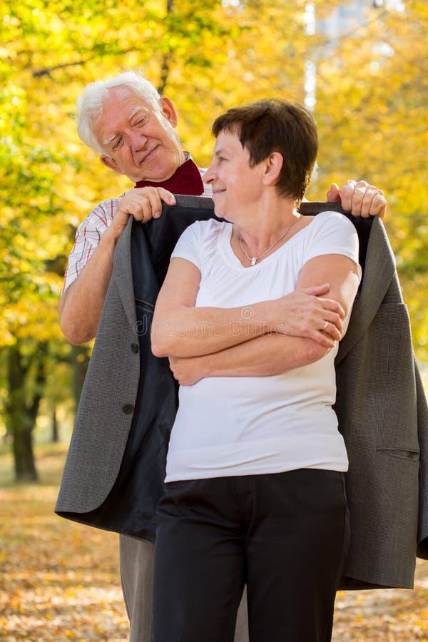 Uomo anziano che si preoccupa per la sua moglie immagine stock