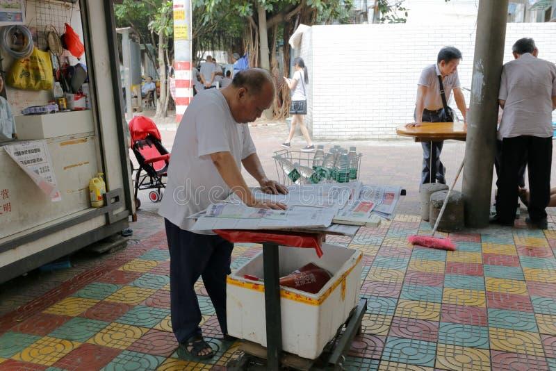 Uomo anziano che vende giornale fotografia stock