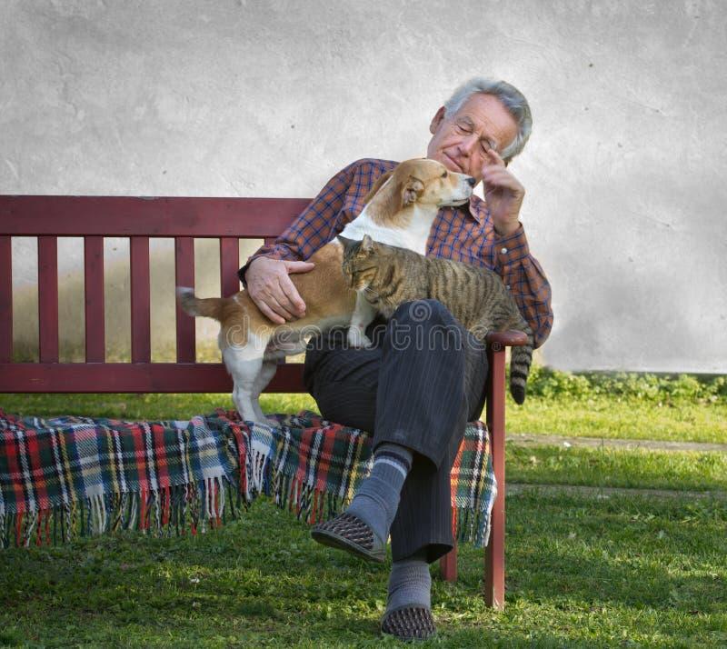 Uomo anziano con gli animali domestici fotografia stock libera da diritti