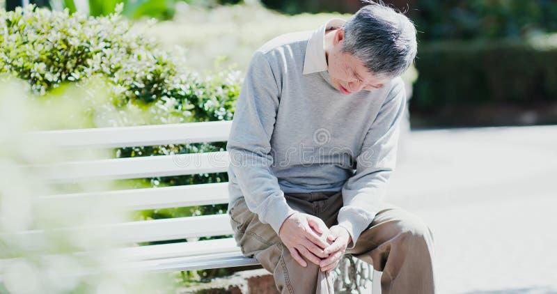 Uomo anziano con il problema del ginocchio fotografia stock