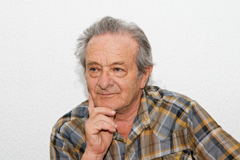 Uomo anziano con l'espressione premurosa immagini stock