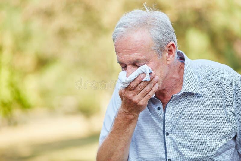 Uomo anziano con un freddo fotografia stock libera da diritti
