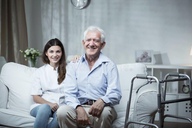 Uomo anziano con un infermiere della comunità fotografia stock