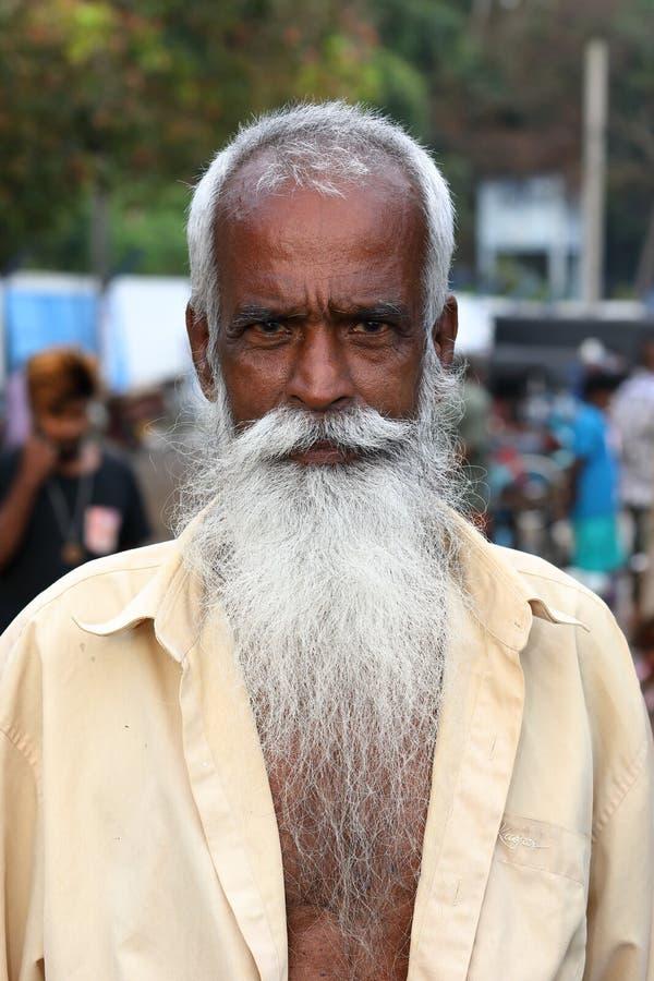 Uomo anziano con una barba bianca immagine stock libera da diritti