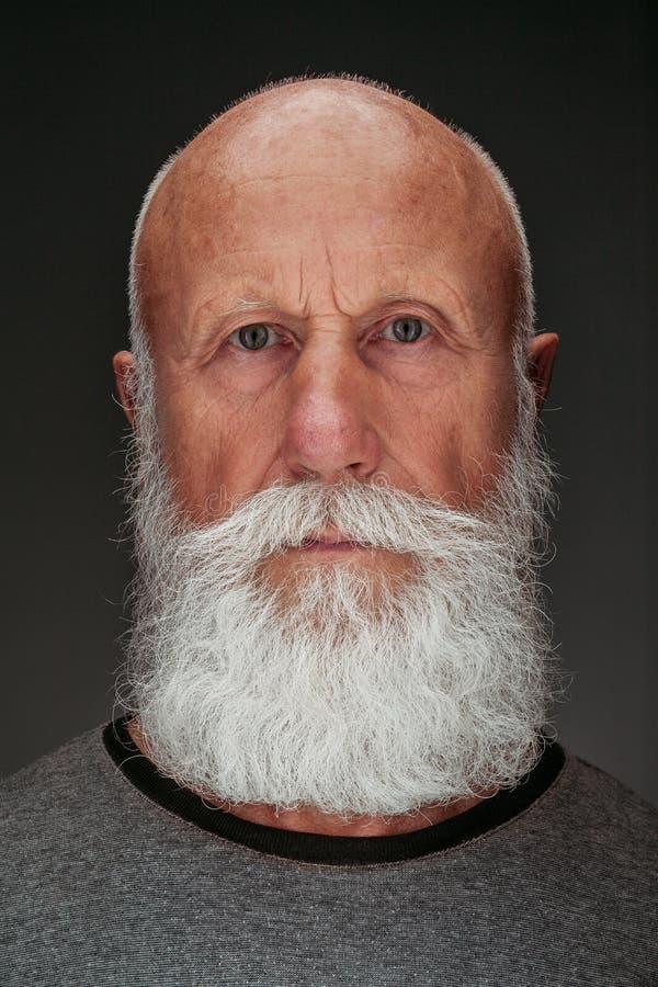 Uomo anziano con una barba bianca lunga fotografia stock libera da diritti