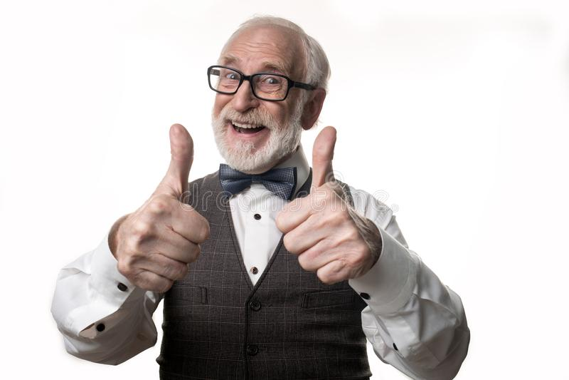 Uomo anziano contento che dimostra la sua approvazione fotografia stock