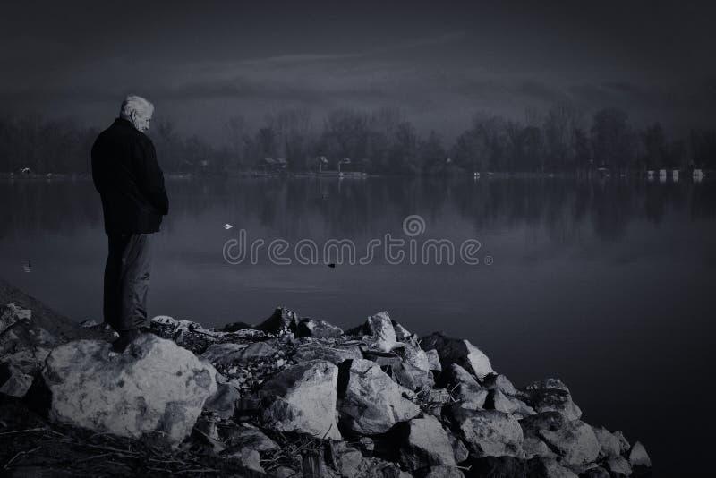 Uomo anziano dal fiume immagini stock libere da diritti
