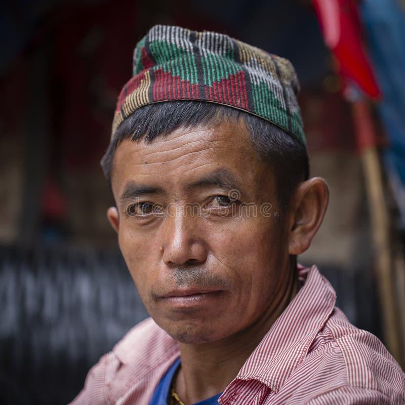 Uomo anziano del ritratto in vestito tradizionale in via Kathmandu, Nepal fotografia stock libera da diritti