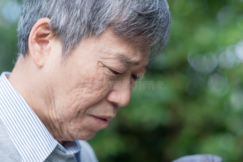 Uomo anziano depresso fotografia stock