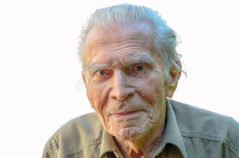 Uomo anziano distinto che esamina la macchina fotografica del rhe fotografie stock libere da diritti