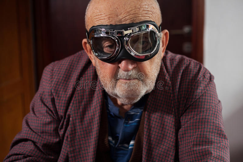Uomo anziano divertente con i vetri pilota fotografie stock libere da diritti