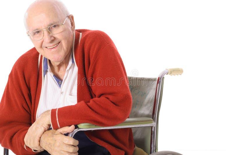 Uomo anziano felice in sedia a rotelle fotografia stock libera da diritti