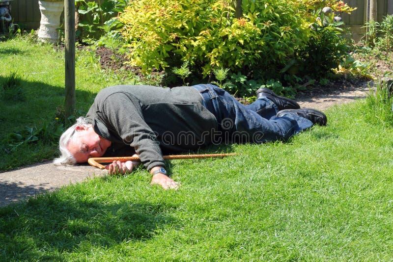 Uomo anziano morto o incosciente. fotografia stock